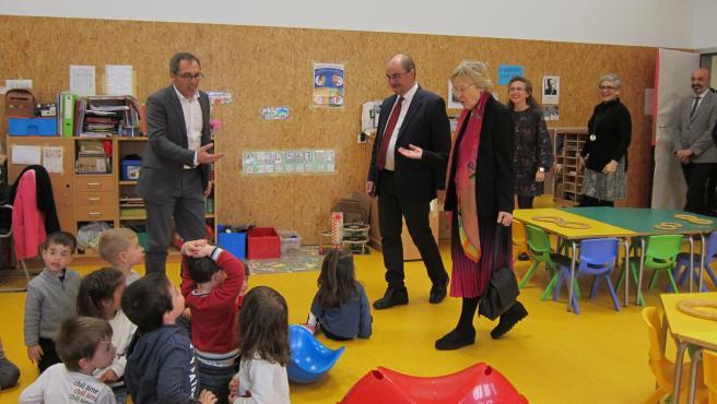 El presidente de Aragón, Javier Lambán, visita el colegio Soledad Puértolas de Zaragoza junto con la escritora y académica aragonesa que le da nombre.