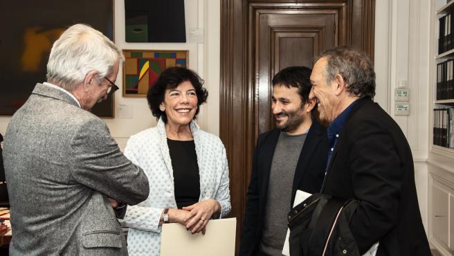 En el centro de la imagen, la ministra de Educación y Formación Profesional, Isabel Celaá, y el consejero de Educación, Cultura y Deporte de la Generalitat Valenciana, Vicent Marzà, tras reunirse en Madrid en una imagen de archivo.