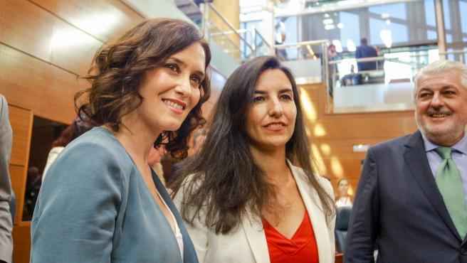 Imagen de recurso de la presidenta de la Comunidad, Isabel Díaz Ayuso (i) con la portavoz de Vox en la Asamblea de Madrid, Rocío Monasterio, en la Asamblea de Madrid.