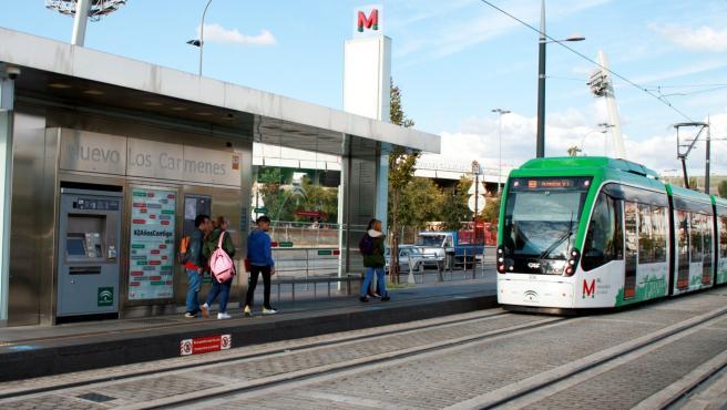 Imagen del Metro de Granada a su paso por la parada del Estadio Nuevo Los Cármenes