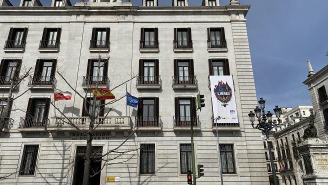 La Delegación del Gobierno en Cantabria despliega una pancarta por el 8 de Marzo