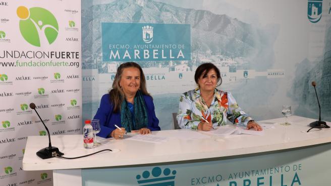 La directora general de Cultura y Enseñanza de Marbella, Carmen Díaz, ha firmado el nuevo acuerdo con la vicepresidenta de la Fundación Fuerte, Isabel Luque, en rueda de prensa