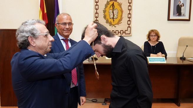 LA UMA entrega la Medalla de Honor de la Facultad de Medicina a título póstumo al profesor de Radiología Rafael Ruiz Cruces, que recoge su hijo Ignacio Ruiz
