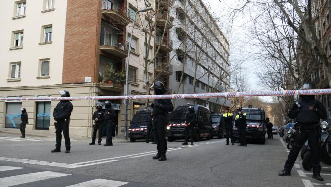 Los Mossos acordonando la zona cercana al Bloc Llavors de Barcelona.