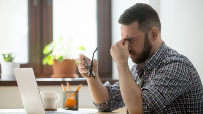 El estrés ocular provoca cansancio de ojos, picor, sequedad o dolor de cabeza, entre otras molestias.