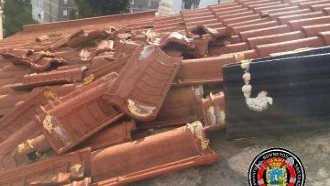 Tejas levantadas por el viento en Santander