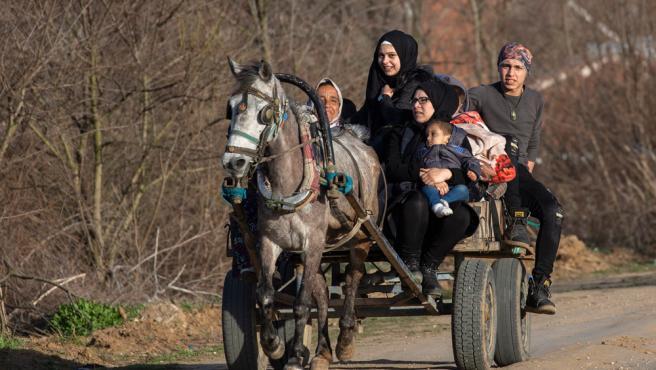 Una familia recorre con un carro la provincia turca de Edirne en dirección a la frontera griega.