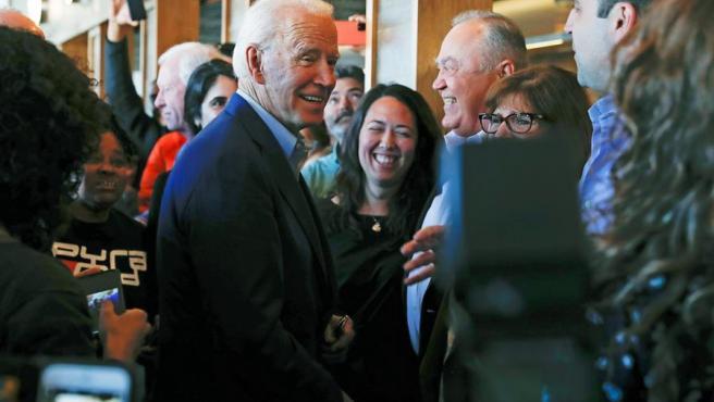El expresidente de EE UU y precandidato demócrata a la Casa Blanca Joe Biden saluda a simpatizantes en Oakland, California (EE UU).