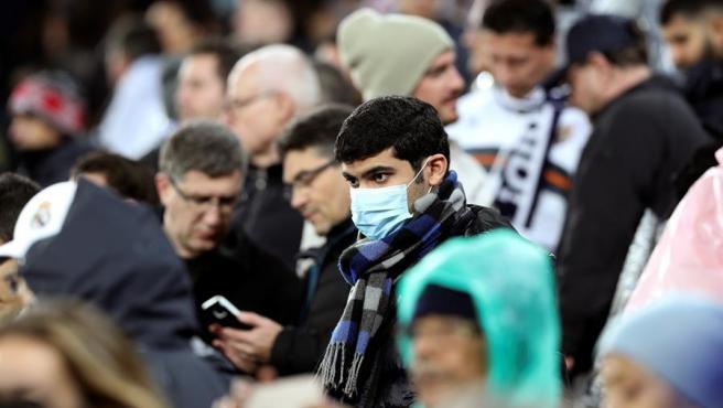 Aficionados con mascarilla en el Santiago Bernabéu.