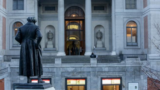 Estatua de Goya frente a la entrada del Museo del Prado