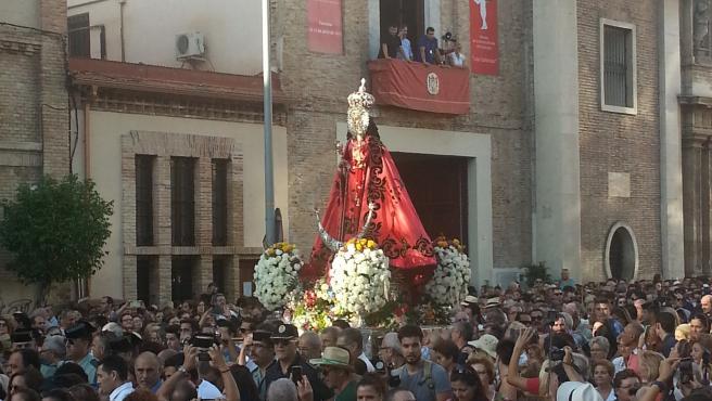 La Virgen de la Fuensanta frente a la Iglesia del Carmen en la Romería