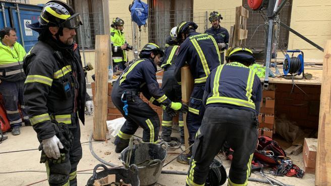 Los bomberos, durante el rescate del trabajador sepultado en Madrid.