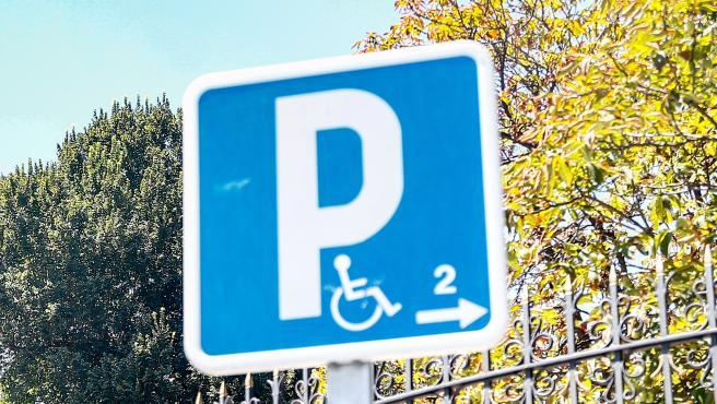 Señal de aparcamiento reservado a personas con movilidad reducida.