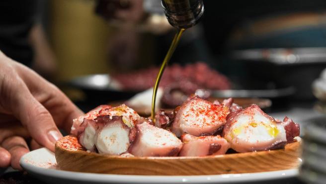 Una vez que el pulpo está cortado, se le puede añadir pimentón, sal y aceite de oliva virgen extra.