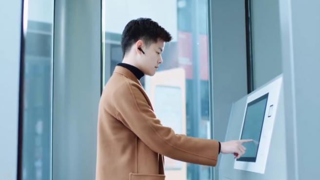 Los clientes eligen el producto desde una pantalla táctil en una cabina aislada.