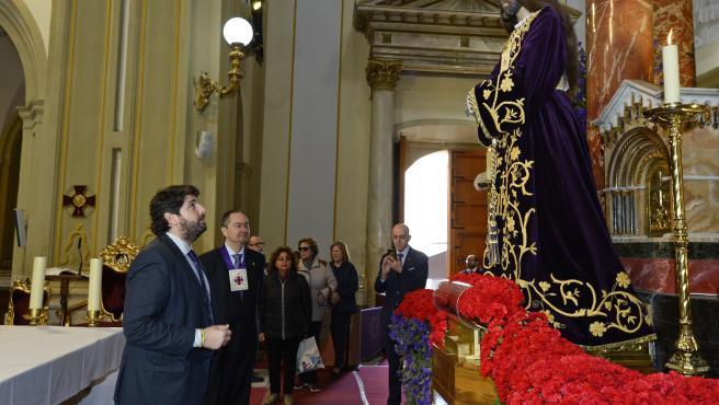 Imagen de López Miras frente a la talla del Cristo