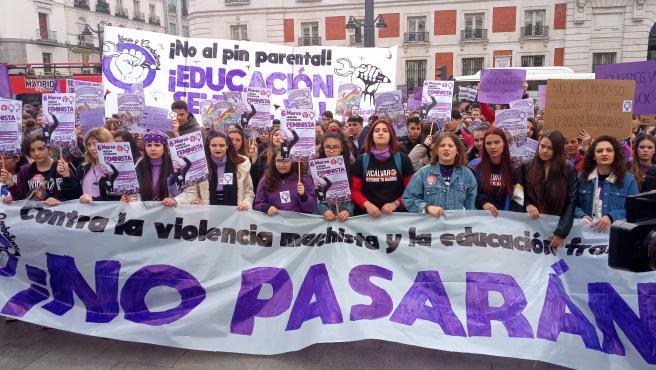 Jóvenes feministas se manifiestan en Madrid contra el 'pin parental'.
