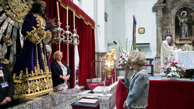 La reina Sofía se santigua frente al Cristo de Medinaceli.