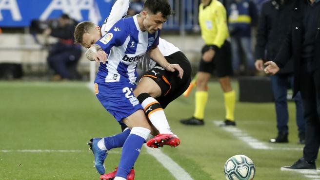 Ximo Navarro pugna por un balón con Cheryshev