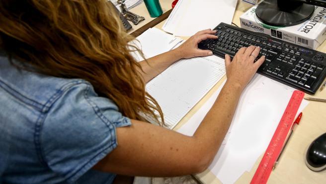 Una mujer trabaja en una oficina.