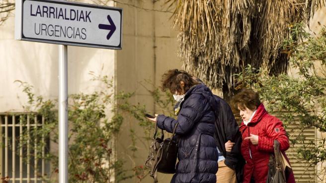 Una mujer con mascarilla sale del hospital Universitario de Álava-Txagorritxu en Vitoria.