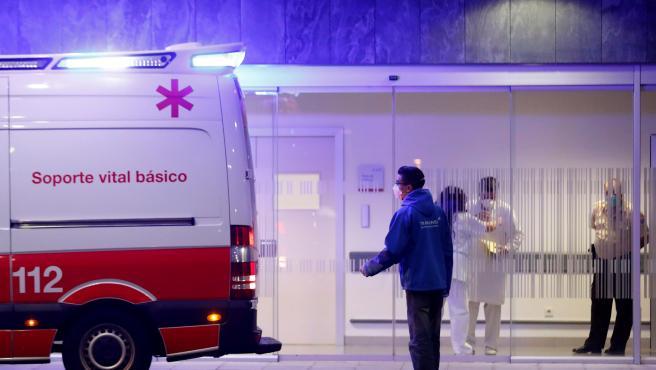 Llegada en ambulancia al Hospital Universitario Central de Asturias (HUCA) en Oviedo de un hombre con coronavirus.