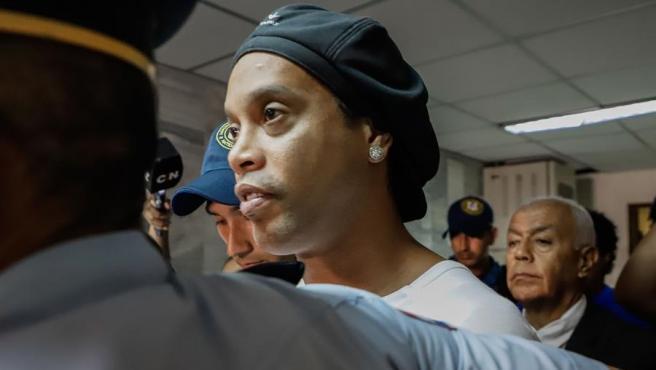 Ronaldinho, con la policía de Asunción.