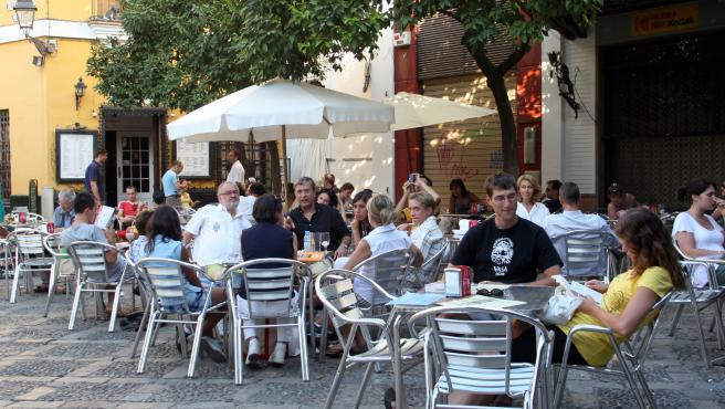Turistas en el centro de Sevilla en una imagen de archivo