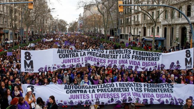 Miles de personas se manifiestan en Barcelona convocadas por los colectivos feministas este 8 de marzo.