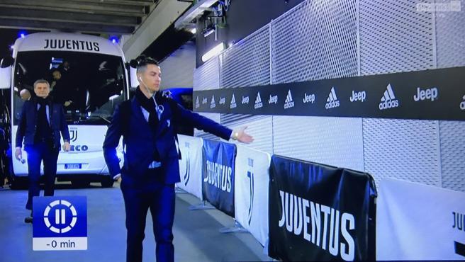 Cristiano extiende la mano como si algún aficionado fuera a chocársela.