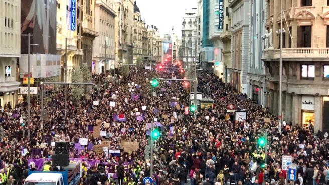 Miles de manifestantes llenan la Gran Vía de Madrid este 8M.