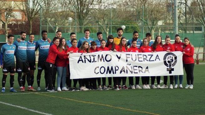 Jugadores y jugadores de Logroñés despliegan una pancarta de apoyo a la agredida.