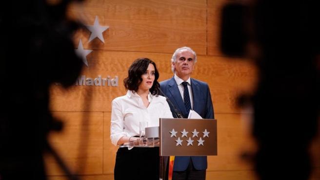 Imagen de recurso de la presidenta de la Comunidad de Madrid, Isabel Díaz Ayuso, y el consejero de Sanidad, Enrique Ruiz Escudero, tras la rueda de prensa para anunciar medidas contra el coronavirus.