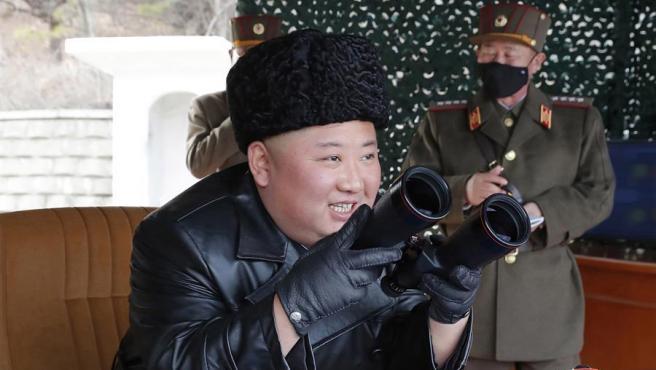 El líder de Corea del Norte, Kim Jong-un, observa un ejercicio de artillería con proyectiles de largo alcance.