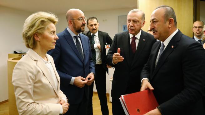 El presidente del Consejo Europeo, Charles Michel, y la presidenta de la Comisión Europea junto al presidente turco, Recep Tayyip Erdogan, y el ministro de Relaciones Exteriores turco, Mevlut Cavusoglu.