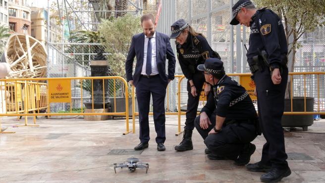 VALENCIA 2020-03-09 El regidor de Protecció Ciutadana, Aarón Cano, presencia una exhibició del dron de la Policia Local de València en el dispositiu de la mascletà