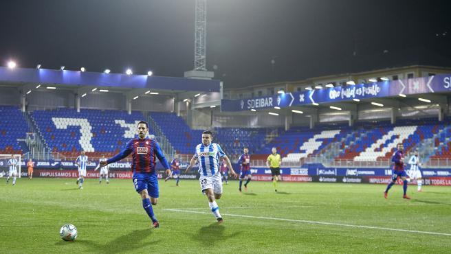 Un lance del partido entre el Eibar y la Real que se juega a puerta cerrada