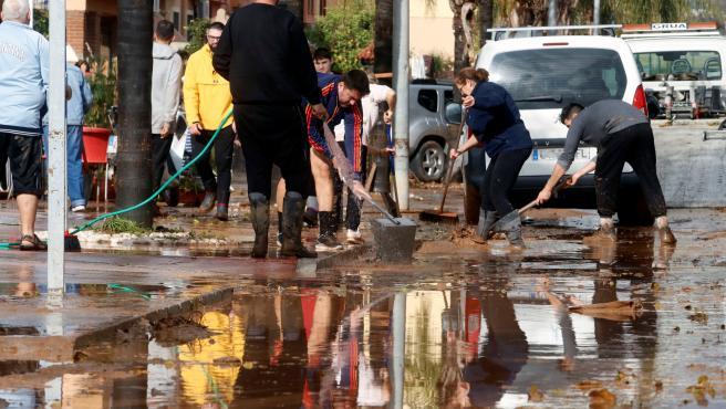 Foto de archivo de vecinos de la barriada malagueña de Campanillas en tareas de limpieza de hogares y calles del barrio tras la tromba de agua por la Tormenta Gloria. En Málaga a 25 de enero de 2020
