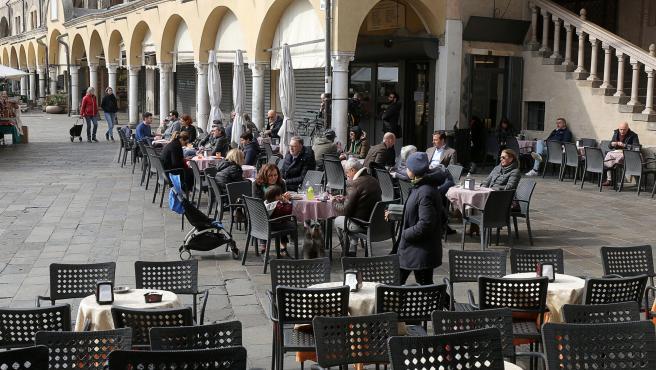 La ciudad situada al norte de Italia luce una imagen más alegres. Algunos ciudadanos y visitantes se acercan hasta los bares sin que se vislumbren mascarillas.