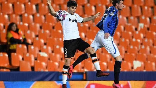 Carlos Soler lucha un balón con Hateboer en un Mestalla vacío.