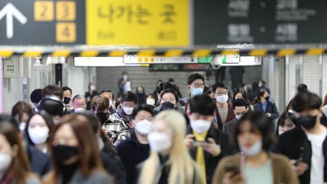 Pasajeros con mascarillas por el coronavirus COVID-19, en una estación de metro en Guro Ward, al suroeste de Seúl, en Corea del Sur.
