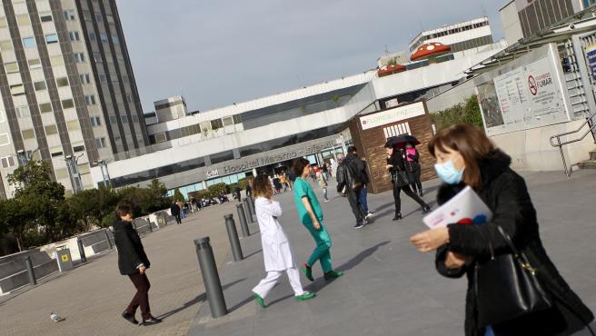 Las inmediaciones del hospital La Paz durante la crisis del coronavirus.