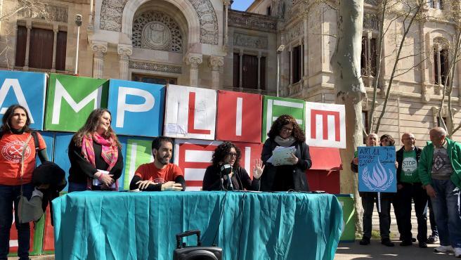 """Diferentes entidades y movimientos sociales exigen a la Administración Pública que apliquen la ley """"sin excusas"""" delante del TSJC."""