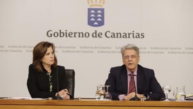 La consejera de Sanidad del Gobierno de Canarias, Teresa Cruz y el portavoz del Gobierno, Julio Pérez, anuncian en rueda de prensa medidas de choque contra el coronavirus