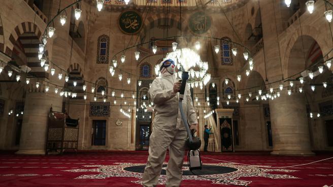 Limpieza en una mezquita de Turquía por el coronavius