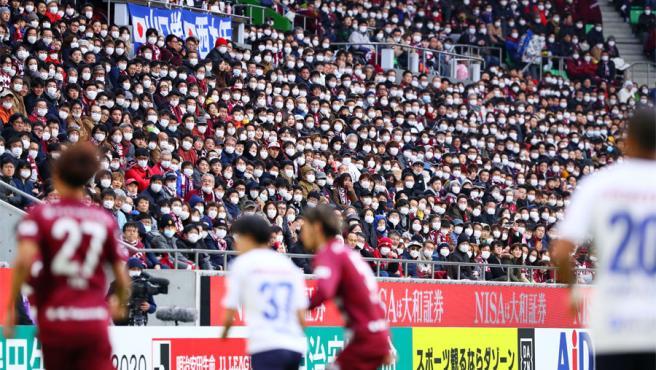 Partido en China con el público con mascarillas