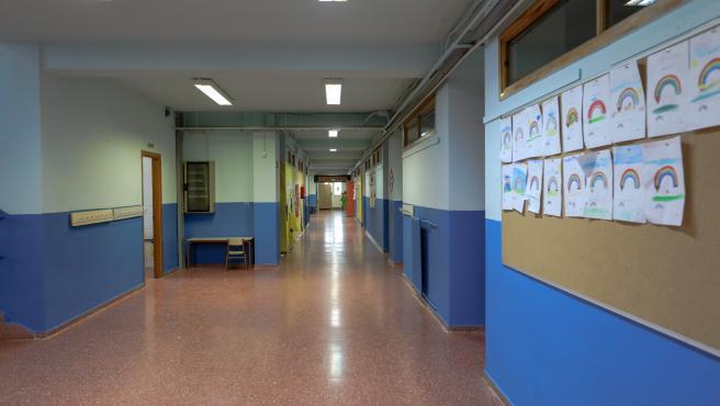 Un pasillo totalmente vacío de uno de los colegios de la Comunidad de Madrid que permanecerán cerrados como mínimo hasta el 23 de marzo.