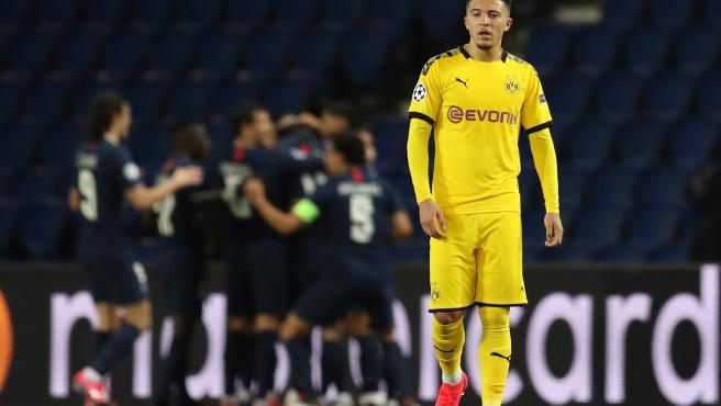 Jadon Sancho se lamenta tras uno de los goles del PSG