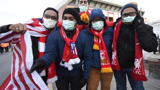 Aficionados del Atlético y el Liverpool en las inmediaciones de Anfield.