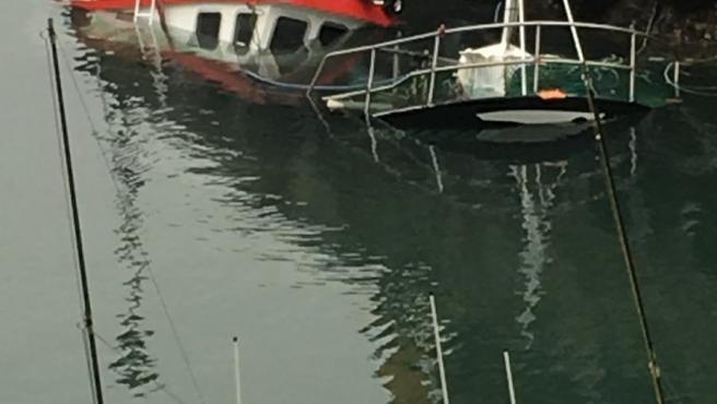 Barco pesquero hundido en Llanes.